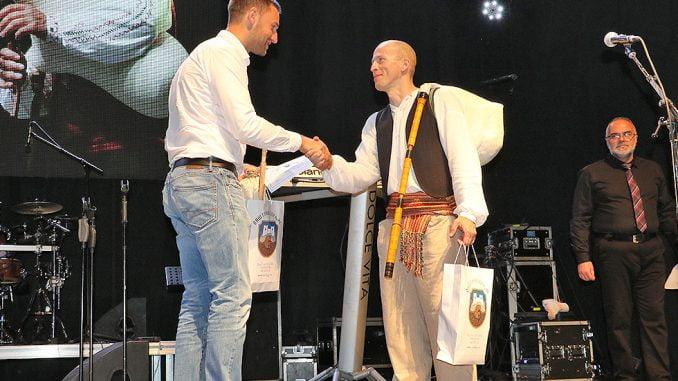 Trenutak uručenja nagrade, foto: Marko Miladinović, Aleksinačke novine