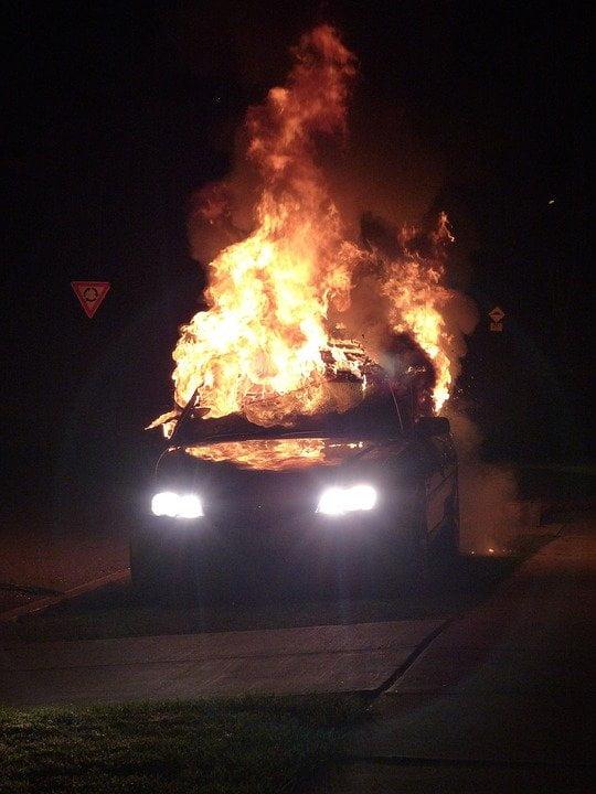 Zapaljen auto, ilustracija, foto: Pixabay.com