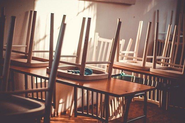 Ilustracija, školske klupe, foto: Juraj Varga, preuzeto: Pixabay.com