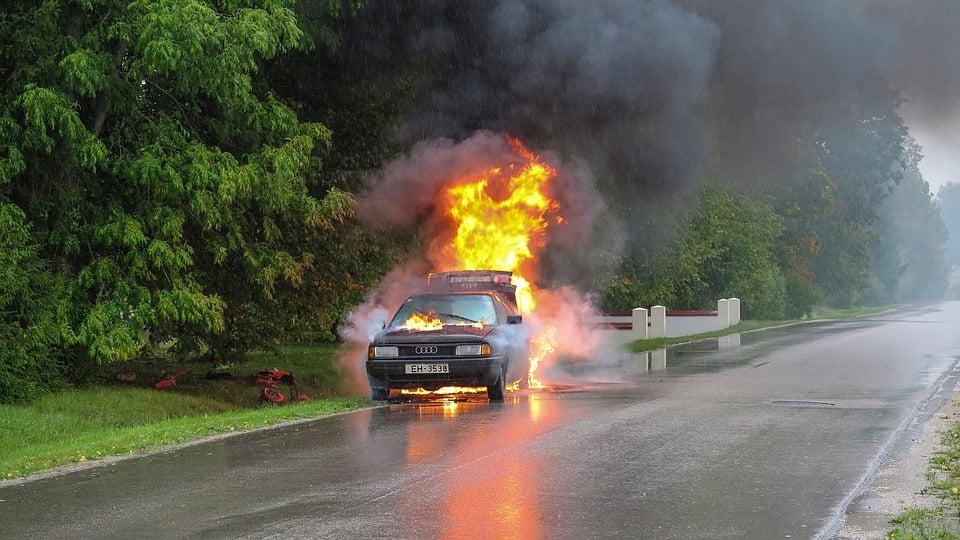 Ilustracija, zapaljen automobil, foto: Oskars Zvejs, pixabay